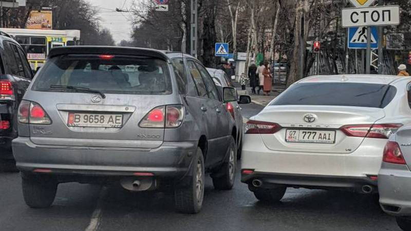 На Абдрахманова-Московской «Тойоту» припарковали на перекрестке. Фото