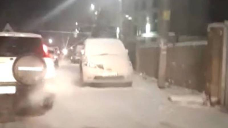 Бишкекчанин просит принять меры в отношении водителей, которые паркуются на обочине дороги по ул.Загорской