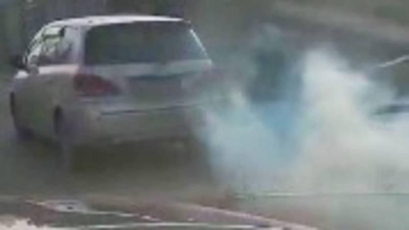 В Бишкеке сильно дымит «Тойота». Видео