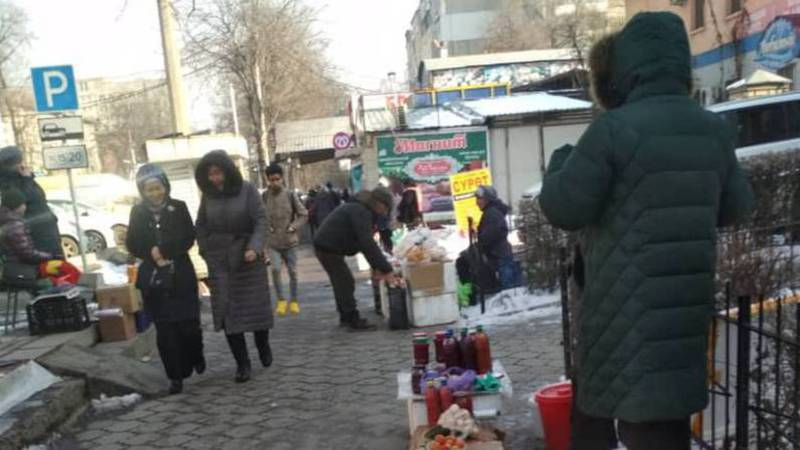 На Московской-Усенбаева продолжается стихийная торговля на тротуаре. Фото