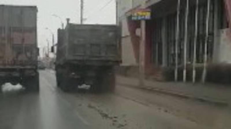 Большегрузы разносят грязь со строительных площадок по улицам Бишкека. Видео
