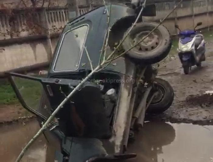 Машина провалилась в большую лужу в Кара-Балте <i>(видео)</i>