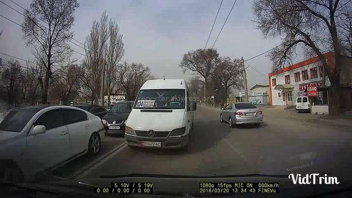 Маршрутное такси выехало на встречку и заблокировало путь автомобилю (видео)
