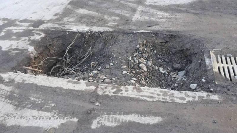 На улице Архангельской образовались две огромные ямы. Фото