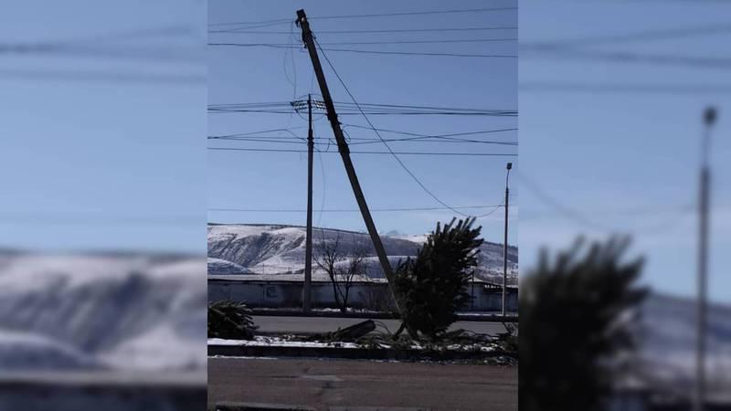 На ул.Токомбаева столб линии электропередачи находится в аварийном состоянии. Фото