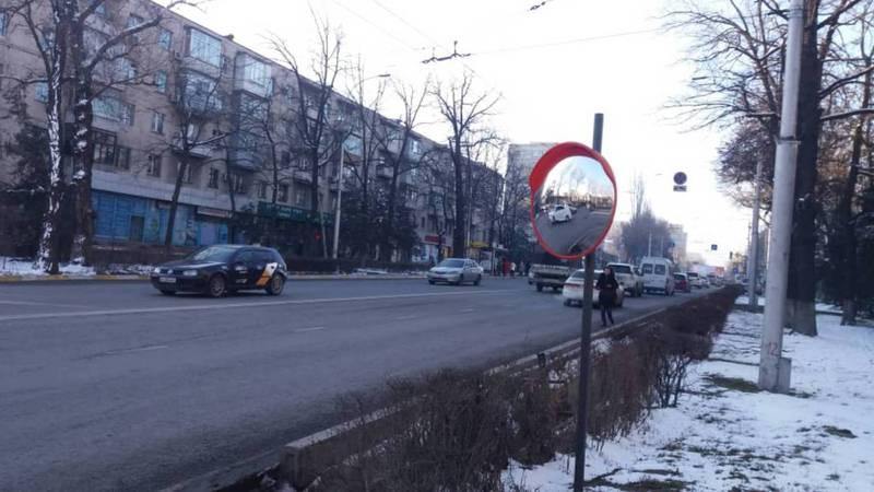 На ул.Чокморова, где забор закрывал обзор водителям, установлено обзорное зеркало. Фото