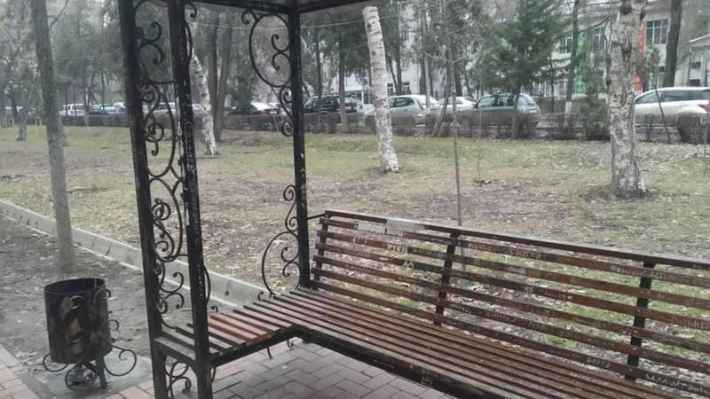 Сотрудники «Тазалыка» отремонтировали сломанные скамейки на бульваре Эркиндик. Фото