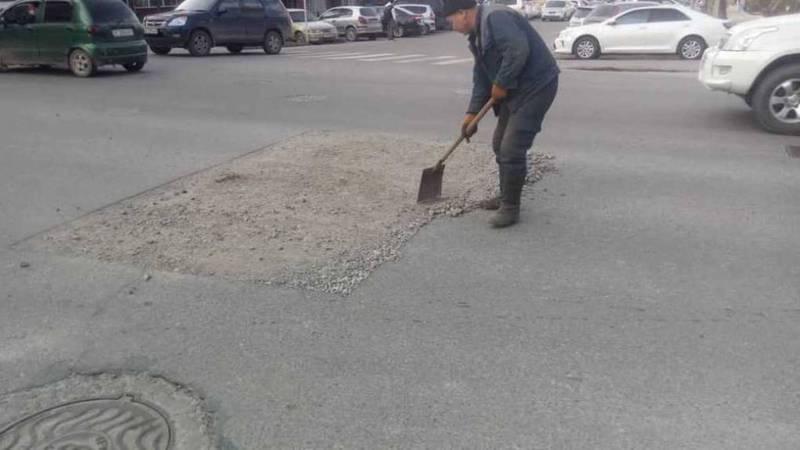 Аварийная бригада убрала камни с проезжей части дороги на Токтогула-Орозбекова. Фото