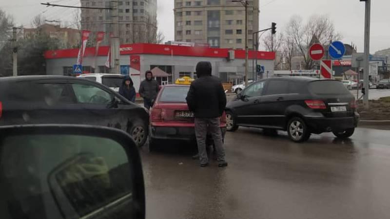 На Токомбаева – Жукеева-Пудовкина столкнулись две легковушки. Фото