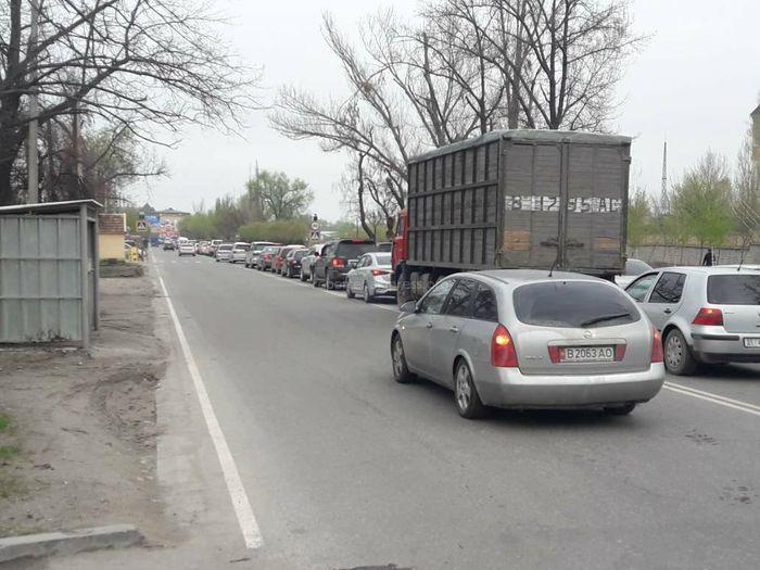 На ул.Матыева ряд машин проехали по встречке (фото, видео)