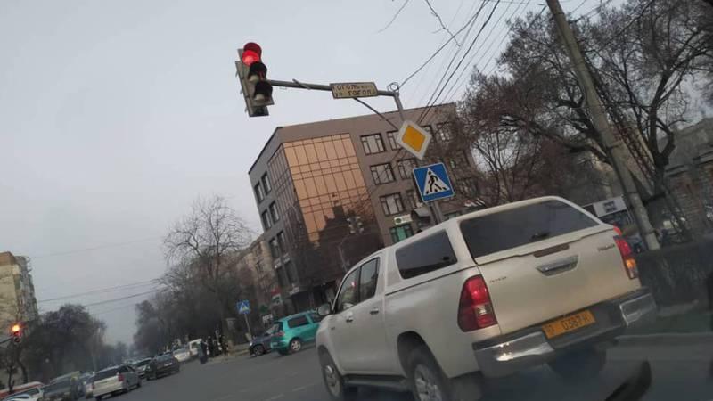 На Московской водитель «Тойоты» выехал за стоп-линию. Фото