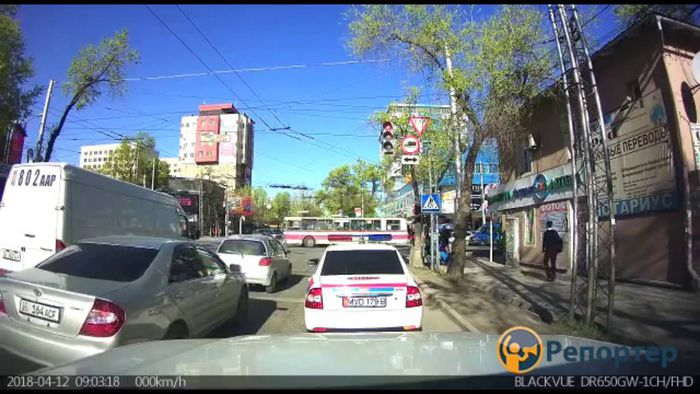 Машина ГУОБДД не пропустила пешеходов на светофоре (видео)