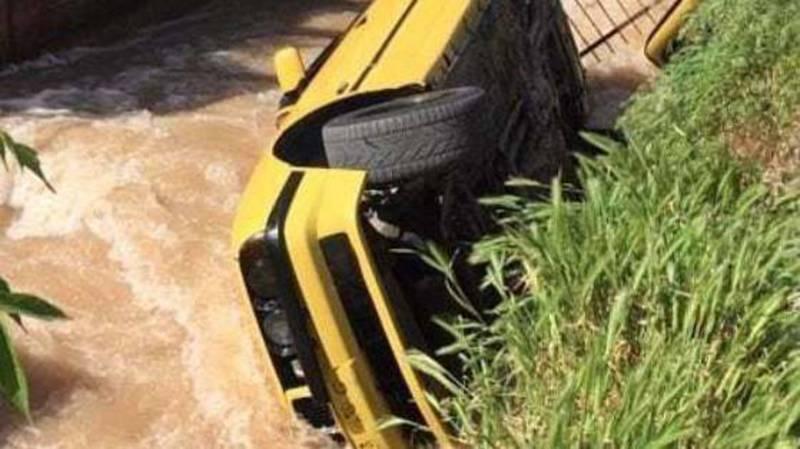 На улице Салиева BMW пробила ограждение и упала в быстроток. Видео