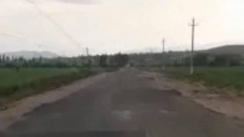 Житель села Ала-Бука жалуется на состояние новой дороги. Видео