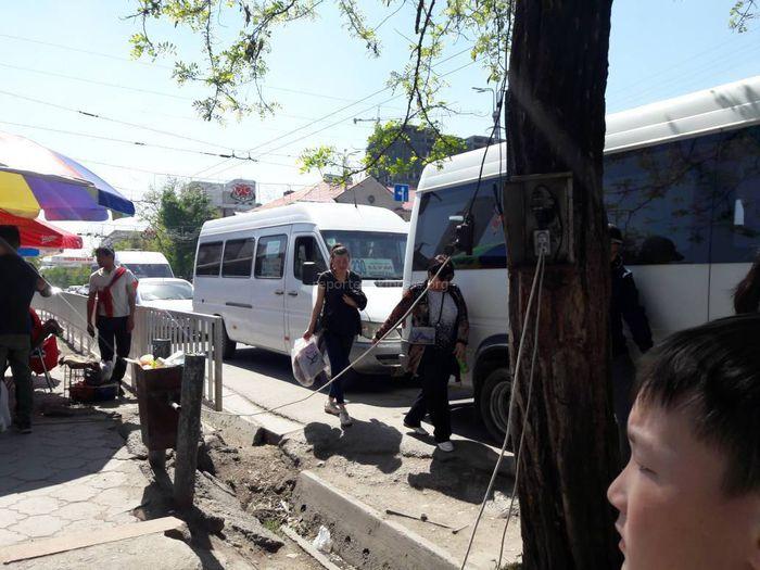 В Бишкеке на Абдрахманова-Чуй большая часть территории остановки занята маршрутками №230 (фото)