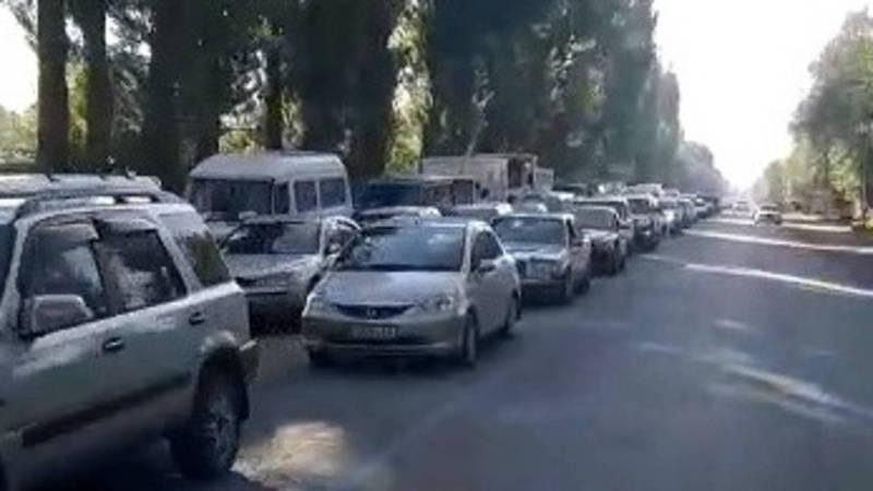 Огромная пробка на въезде в Бишкек, - очевидец. Видео