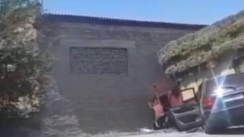 ДТП в совхозе Фрунзе. КамАЗ с тюками врезался в стену. Видео
