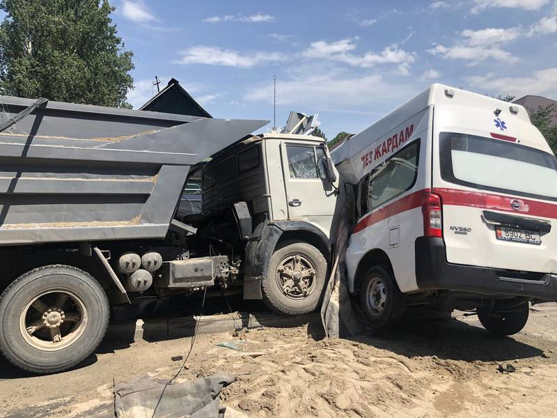 Страшное ДТП в Бишкеке: КамАЗ протаранил «скорую», медики в тяжелом состоянии. Видео, фото