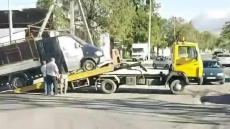 На пересечении Баха-Алтымышева перевернулся грузовик. Видео с места аварии