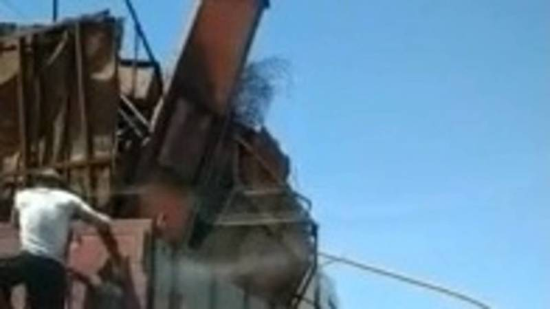 В Кара-Балте грузовик MAN зацепился за газовую трубу. Видео очевидца