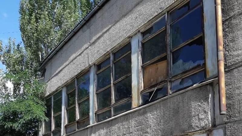 Стекла школы №11 в Бишкеке могут упасть во время сильного ветра, - очевидец. Фото