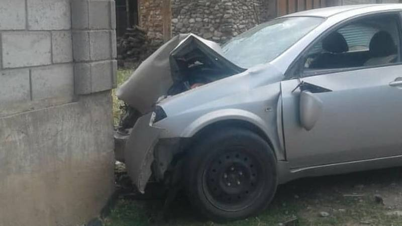 В Ошской области два человека попали в реанимацию, врезавшись на машине в дом. Фото