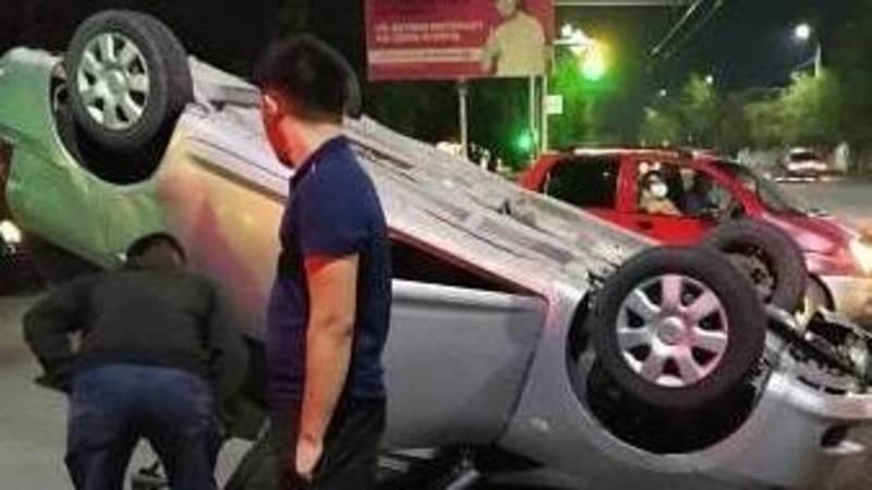 В Оше произошло ДТП, одна машина перевернулась. Видео, фото