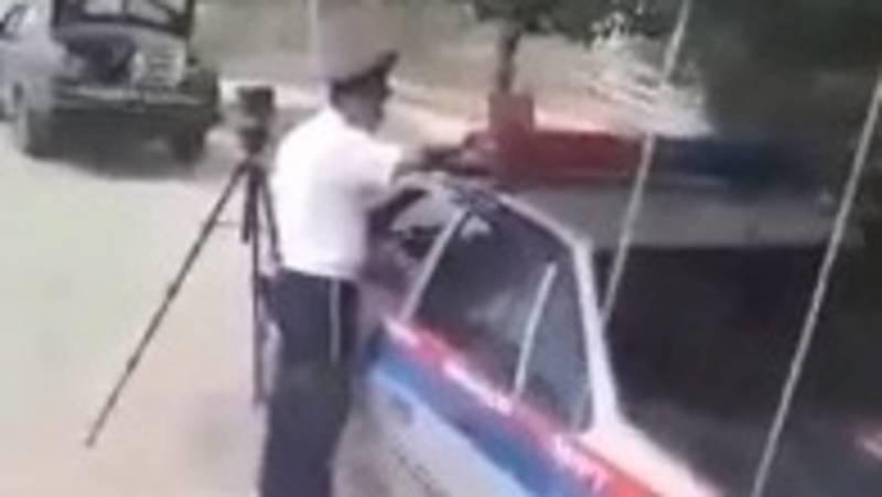 Житель Бакай-Атинского района прогоняет милиционеров, которые стоят в неположенном месте. Видео