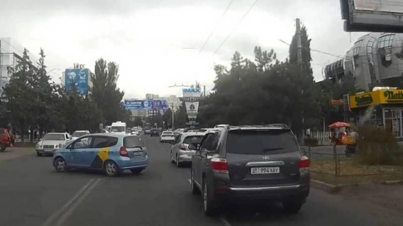 «Тойота» со штрафом на 17 тыс. сомов проехала на красный на ул.Юнусалиева. Видео и фото