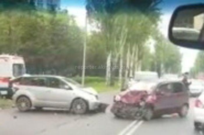 На правительственной трассе в Бишкеке столкнулись 2 машины <i>(видео)</i>