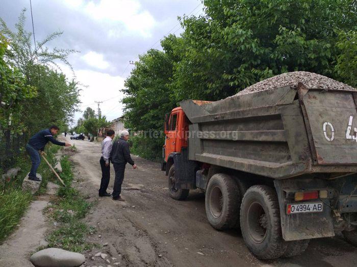 Активистер Ош шаарындагы Чкалов көчөсүндө оңдоо иштерин жүргүзүштү (сүрөт)