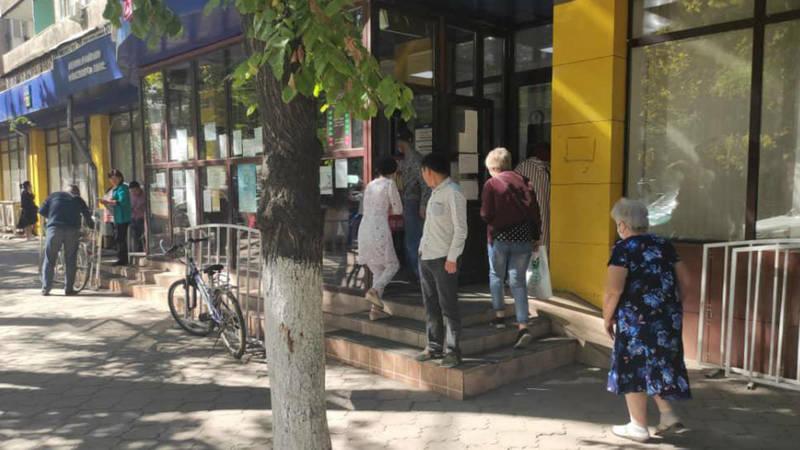 Сотрудники ЦОН не могут заставить граждан носить маски и соблюдать дистанцию вне здания, - ГРС