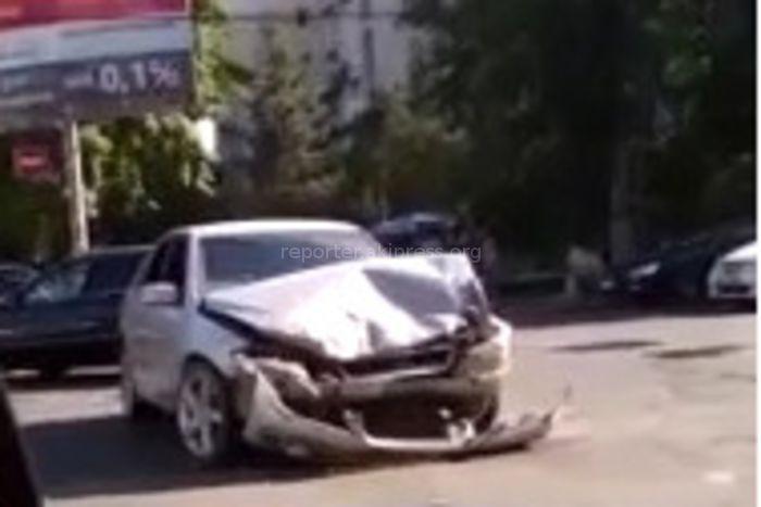 Видео — В центре Бишкека столкнулись маршрутное такси и «Тойота Альтеза»