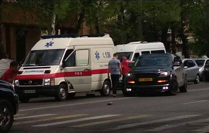Фото — В Бишкеке произошло ДТП с участием кареты Скорой помощи и внедорожника