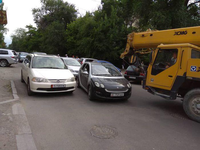 Фото — Водитель оставил «Хонду» на проезжей части ул.Уметалиева, что привело к образованию пробки