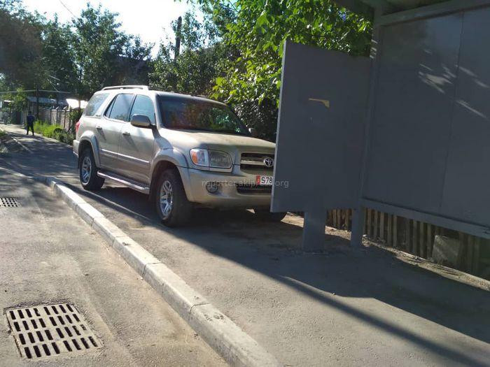 Фото — Парковка по-хамски: Водитель оставил «Тойоту» на остановке
