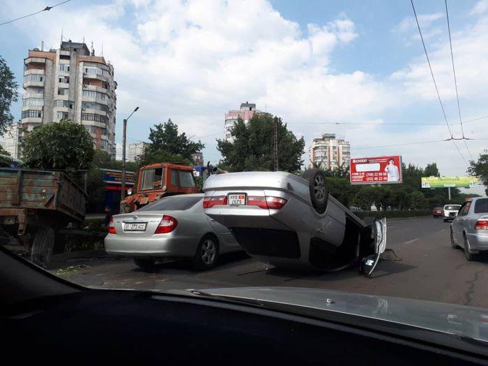 Фото — «Хонда» перевернулась, столкнувшись с трактором