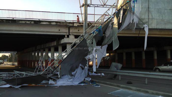 <b>Фото, видео</b> — На аэропортинской трассе от ветра рухнул рекламный щит