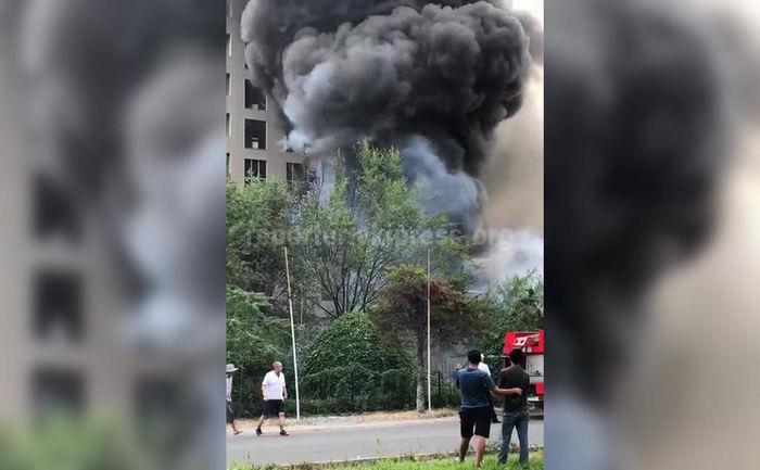 <b>Горит кафе в Бишкеке, прогремел взрыв <i>(видео, фото)</i></b>