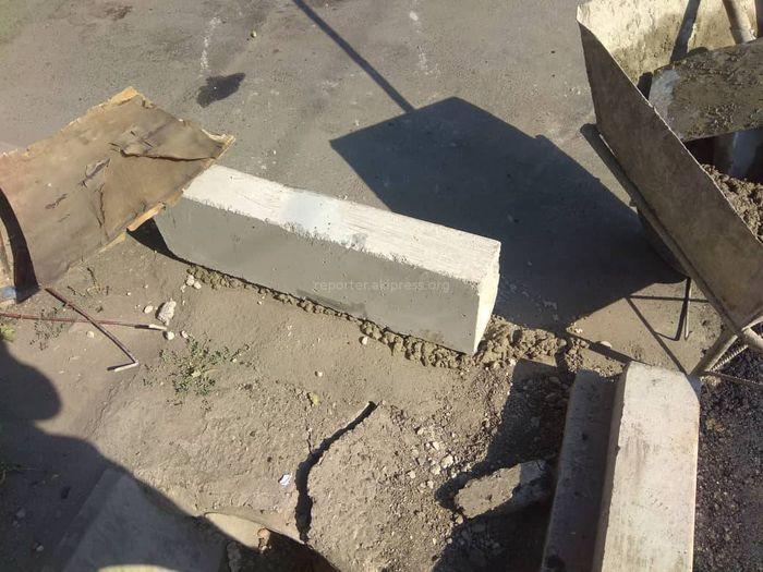 Бордюр на Ч.Айтматова-Ахунбаева закрепили бетонной смесью к асфальту