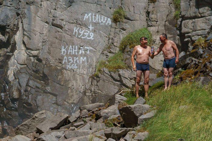 Видео, фото — Мужчины разрисовали скалу возле водопада на Сон-Куле