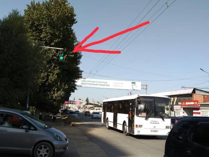 Оштогу Раззаков-Салиева кесилишиндеги светофордун кошумча чырагы иштебейт (сүрөт)