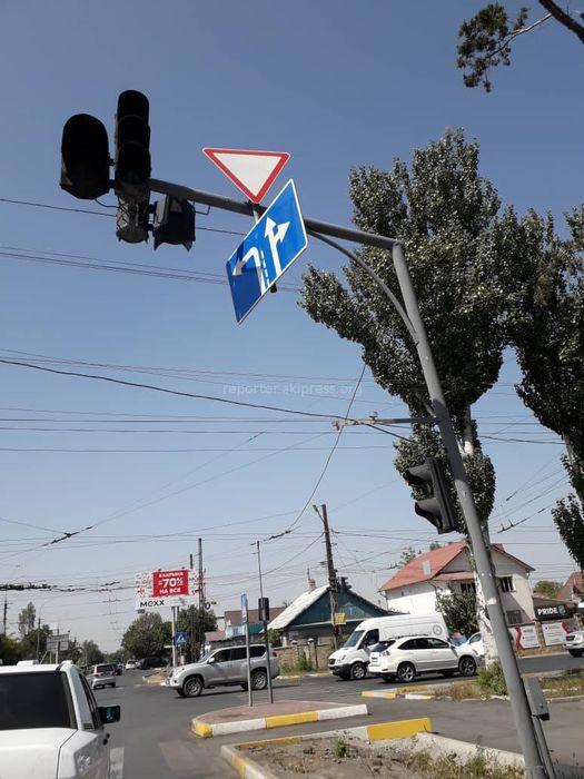 Ахунбаев жана Юнусалиев көчөлөрүнүн кесилишинде жол белгиси кыйшайып калган