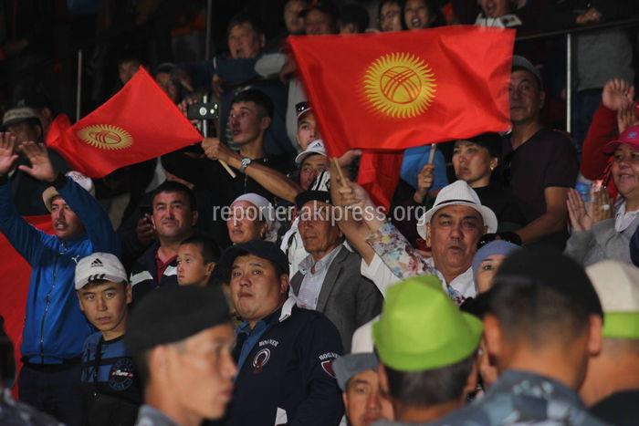 Видео — Зрители спели гимн Кыргызстана после победы сборной Кыргызстана по кок-бору на Играх кочевников
