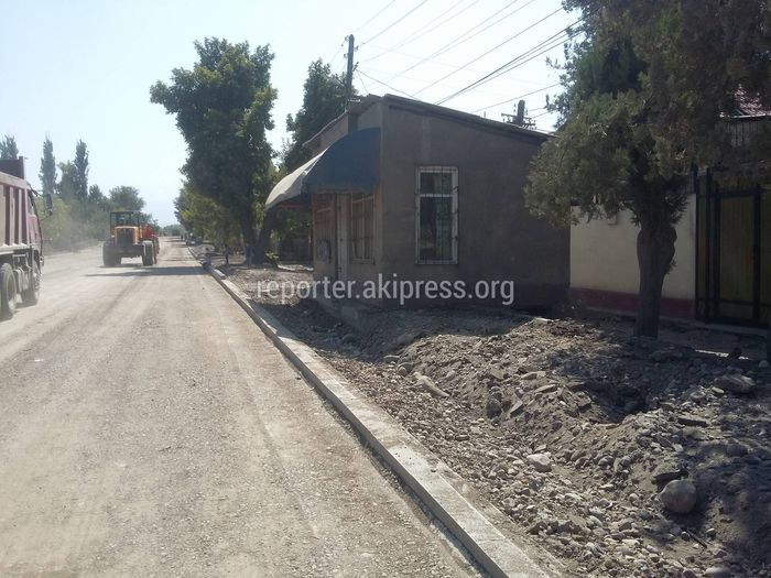 Магазин на Тоголок Молдо-Васильева мешает проложению тротуара. Законно ли стоит?