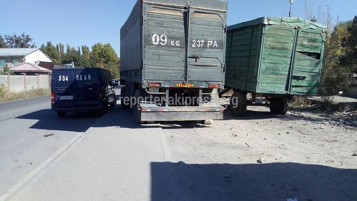 В жилмассиве Аска-Таш грузовики припарковались на тротуаре, пешеходы вынуждены обходить через проезжую часть