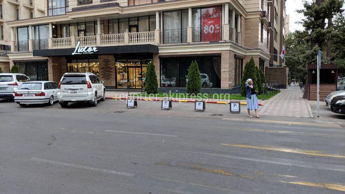 Городские службы выясняют законность ограничения парковки на Боконбаева-Раззакова