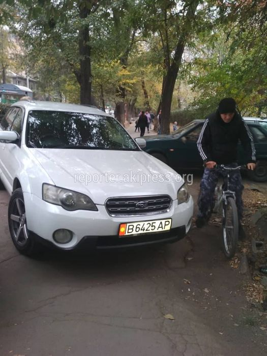 Машины паркуют на тротуаре рядом с Ленинским РОВД, пешеходы вынуждены обходить их