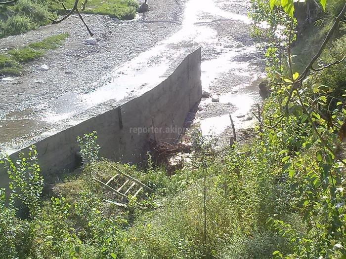 На сооружении против селей в селе Тайлан Лейлекского района появились трещины (фото)