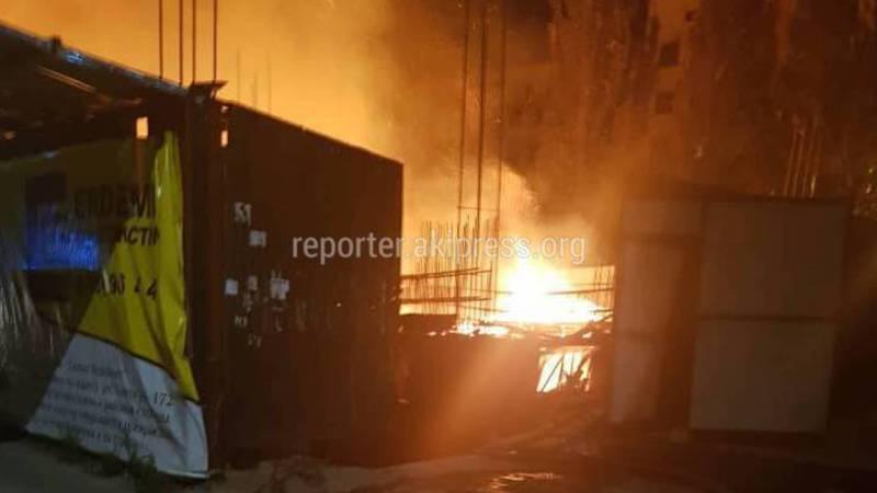 Фото, видео — Утром на Токтогула-Манаса произошел пожар в строящемся здании